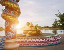 Статуя на крыше святыни, статуя Dargon дракона на крыше виска фарфора как азиатское искусство Стоковые Изображения RF