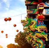 Статуя на крыше святыни, статуя Dargon дракона на крыше виска фарфора как азиатское искусство Стоковая Фотография