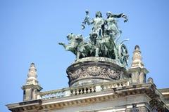 Статуя на крыше стоковое фото