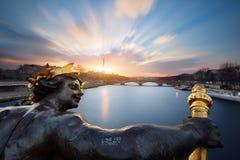 Статуя на мосте Александре III в Париже стоковое фото