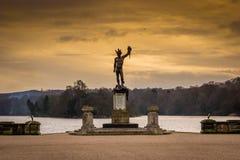 Статуя над озером Стоковое Изображение RF