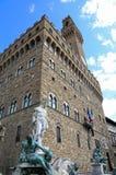 статуя Нептуна в фонтане в Флоренсе и Palazzo Vecchi Стоковое Изображение RF