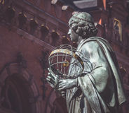 Статуя Николая Коперника на городке ` s Торуна старом, Польше Стоковые Фотографии RF