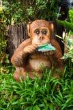 Статуя обезьяны в саде Стоковые Фотографии RF