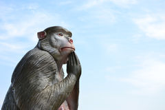 Статуя обезьяны при сжиманные руки стоковая фотография