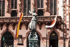статуя основы повелительницы правосудия frankfurt Стоковые Изображения RF