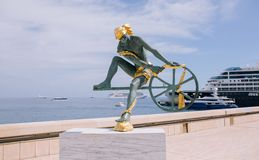 Статуя памятника памятника на предпосылке города стоковое фото rf