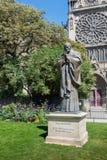 Статуя Папы Жан Поля Святого II в Париже стоковое фото rf