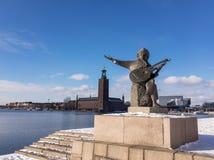 Статуя перед здание муниципалитетом Стокгольма стоковые изображения rf