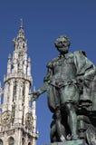 Статуя Питера Пола Rubens & steeple собора, Antwerpen Стоковые Изображения