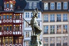 Статуя повелительницы Правосудия перед Romer Стоковое Изображение