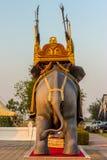 Статуя поединка слона в Kanchanaburi Таиланде стоковое изображение rf