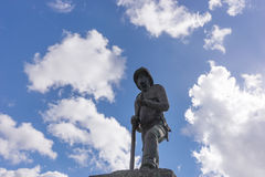 Статуя пожарного с небом и облаками на заднем плане Стоковое Изображение RF