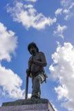 Статуя пожарного с небом и облаками на заднем плане Стоковые Изображения RF