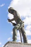 Статуя пожарного с небом и облаками на заднем плане Стоковое Изображение