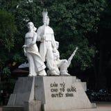 Статуя показывая мир на банках озера Hoan Kiem Стоковая Фотография