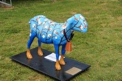 Статуя покрашенной козы с колоколом коровы на ем Стоковые Изображения