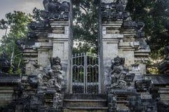 Статуя попечителей на виске Uluwatu, Uluwatu, Бали стоковые изображения rf