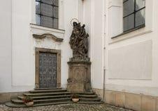 Статуя предположения входа девой марии сбоку к церков предположения девой марии, монастыря Strahov стоковые фотографии rf
