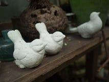 Статуя птицы в красивом саде Стоковые Изображения