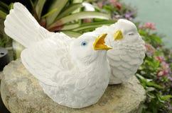 Статуя птицы в саде Стоковое Фото