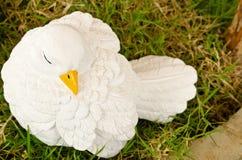 Статуя птицы в саде Стоковое Изображение RF