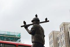 Статуя работника здания и новые здания Лондон Англия Стоковое Изображение