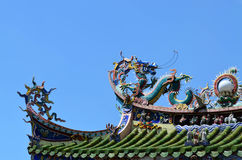 Статуя дракона на китайской крыше виска Стоковая Фотография