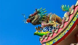 статуя дракона на крыше китайского виска с голубым небом Стоковые Фотографии RF