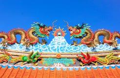 Статуя дракона на крыше, небе Стоковые Фото
