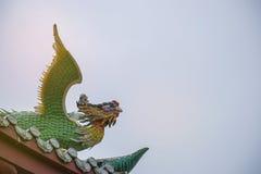 Статуя дракона на крыше с предпосылкой неба Стоковые Изображения RF