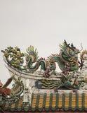 Статуя дракона на крыше с предпосылкой неба Стоковые Фото
