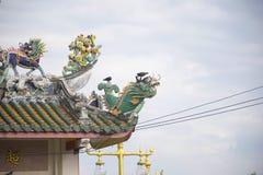 Статуя дракона на крыше с предпосылкой неба стоковое фото rf
