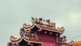 Статуя дракона на крыше Стоковая Фотография