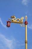 Статуя дракона с китайским красным фонариком Стоковые Изображения RF
