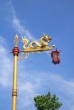 Статуя дракона с китайским красным фонариком Стоковое фото RF