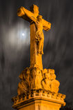 Статуя распятого Христоса на полнолунии Стоковое фото RF