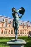 Статуя ребенка в Jardin de Diane стоковые изображения