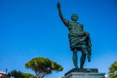 Статуя римского императора бронзовая на предпосылке голубого неба в Неаполь стоковое изображение rf