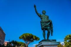 Статуя римского императора бронзовая на предпосылке голубого неба, Европе стоковая фотография rf