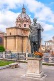 Статуя римского императора Жулиус Чаесар на римском форуме, Риме, Италии стоковая фотография rf