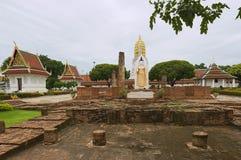 Статуя руин и Будды на виске Wat Phra Sri Rattana Mahathat Woramahawihan в Phitsanulok, Таиланде Стоковые Фотографии RF