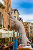Статуя руки в канале Венеции стоковое фото rf