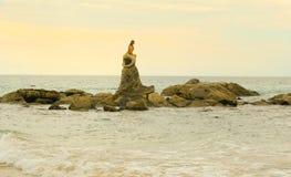 Статуя русалки на пляже Стоковые Изображения RF