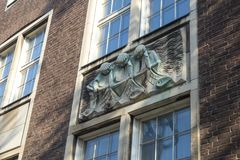 Статуя рыболовов помещенных на фасаде здания в Dusseldo Стоковое Изображение RF