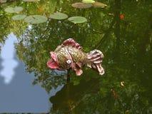 Статуя рыб в пруде Стоковая Фотография