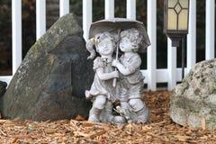 Статуя сада 2 детей Стоковая Фотография