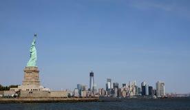Статуя свободы и более низкое Манхаттан, NYC Стоковые Изображения RF