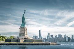 Статуя свободы и Манхаттан, ориентир ориентиры Нью-Йорка Стоковое Фото