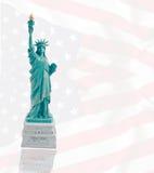 Статуя свободы на предпосылке яркого флага Стоковые Изображения